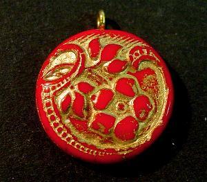 Best.Nr.:34117 Glasanhänger mit Öse vintage style , nach alten Vorlagen aus den 1920 Jahren neu gefertigt, Blütenornament im Halbrelief dargestellt, rot opak mit Goldauflage