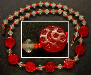 Best.Nr.:60092 Perlenkette in Gablonz hergestellt. Zum Kriegsende 1945 versteckt, wurden diese Ketten jetzt nach über 60 Jahren wiederentdeckt. Im Orginalzustand belassen. Ein Leckerbissen für Sammler oder als Fundgrube für die Schmuckgestaltung.