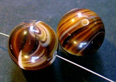 Best.Nr.:63593 Glasperle rund, in den 1920/30 Jahren in Gablonz/Böhmen hergestellt, braun meliert