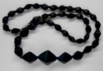 Best.Nr.:60114 Perlenkette aus schwarz mattierten Doppelpyramiden und ein paar schwarzen Rocailles, in Gablonz hergestellt. Zum Kriegsende 1945 versteckt, wurden diese Ketten jetzt nach über 60 Jahren wiederentdeckt. Im Orginalzustand belassen.