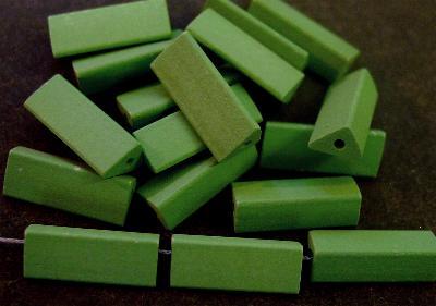 Best.Nr.:75015 vintage Keramikperlen, mattiert um 1960 in Gablonz/Böhmen hergestellt Querschnitt dreieckig, grün