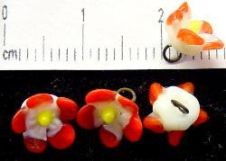 Best.Nr.:33-0457 wunderschöne handgearbeitete Glasblüten um 1920 in Gablonz/Böhmen hergestellt auf der Rückseite mit einer Öse versehen