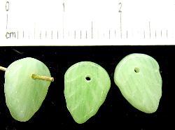Best.Nr.:50122 Glasperlen Blätter  alabaster grün, hergestellt in Gablonz / Tschechien