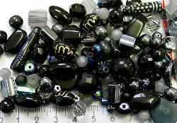 Best.Nr.:4466 Glasperlen Mix  in schwarz und dunklen Tönen 500 bis 1000 Glasperlen in verschiedensten Formen. Menge je nach Zusammensetzung der Mischung.