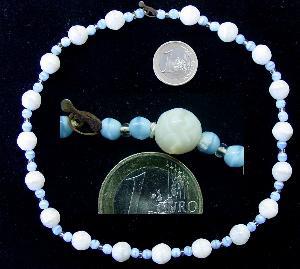 Best.Nr.:60004 Glasperlenkette hergestellt zwischen 1920-1940 in  Gablonz/Böhmen. Die weißen Perlen sind aus Uranglas und fluoresziert unter Schwarzlicht.  Altersbedingter Zustand des Verschlusses (oxidiert ) und des Aufreihfadens.