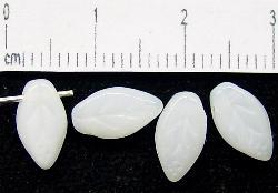 Best.Nr.:50009 Glasperlen Blätter  milchweiß opal, hergestellt in Gablonz / Tschechien