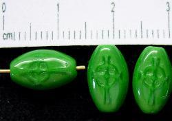 Best.Nr.:46070 Glasperlen Olive flach, grün mit geprägtem Keltenkreuz, hergestellt in Gablonz / Tschechien