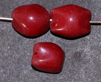 Best.Nr.:63703 Glasperlen Nuggets 1920/30 in Gablonz/Böhmen hergestellt, dunkelrot