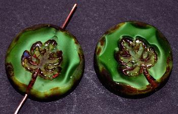 Best.Nr.:671236 Glasperlen geschliffen/ Table Cut Beads Perlettglas grün, mit eingepägtem Blatt und picasso finish